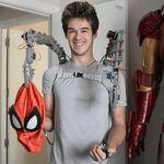 Este joven español autodidacta se ha fabricado unos brazos mecánicos como el Dr. Octopus y una réplica de la armadura de Iron Man con comandos de voz