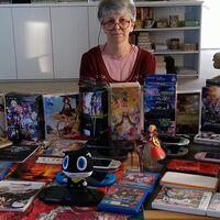 Esta entrañable abuela eres tú enseñando tu colección de juegos a tus nietos dentro de 50 años