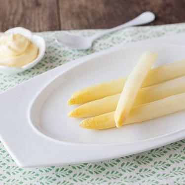 En plena temporada de espárragos blancos os damos las claves para elegirlos y las mejores recetas para usarlos