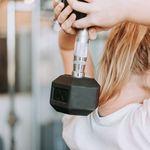 Una rutina full-body que puedes hacer solo con mancuernas para entrenar todo el cuerpo