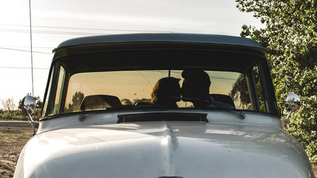 Pareja besándose en su coche