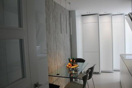 Zona de columnas en escalera para ahorrar espacio en la cocina