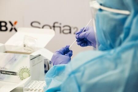 Resultados del ensayo español sobre mezclar dosis de AstraZeneca y Pfizer: genera más anticuerpos y efectos secundarios leves