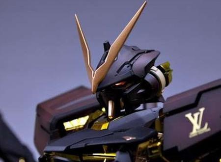 Gundam Astray modelo Louis Vuitton