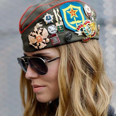 Distintas maneras de llevar un broche que demuestran que este complemento vuelve a estar de moda