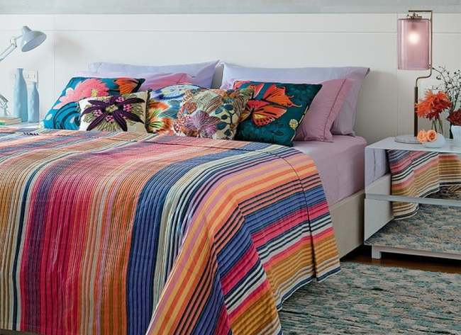 ropical-themed-bedroom-for-those-who-love-bright-color