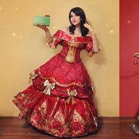 ¿Eres de las que guarda el papel de regalo, pero no sabes qué hacer con él? Esta diseñadora tiene la solución: ¡vestidos!