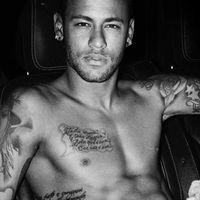 Neymar se desnuda para Mario Testino