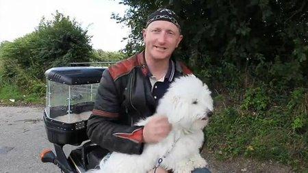 No puedo dejar el perro solo en casa, pues me lo llevo en la moto