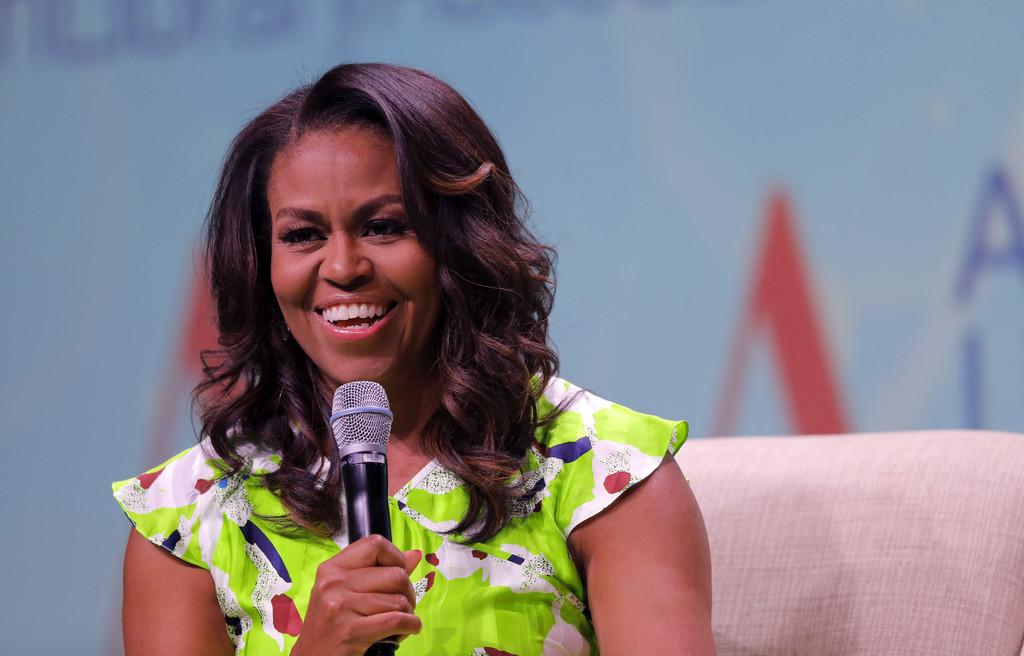 Michelle Obama presume de cabello natural rizado en la portada mas body-positive del instante