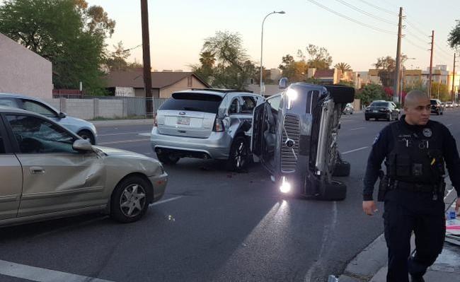 Uno de los autónomos de prueba de Uber choca en Arizona y la compañía detiene el programa