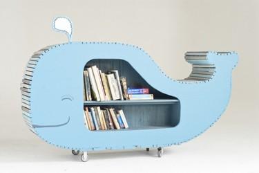 Una estantería con forma de ballena