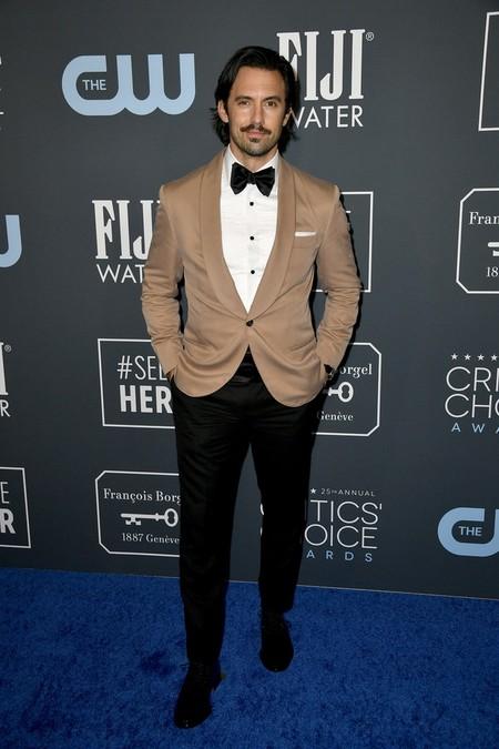 Milo Ventimiglia le da un giro al smoking claro para su look de los Critics' Choice Awards