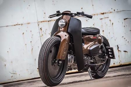 Llantas lenticulares, marrón y negro para esta espectacular preparación de una Honda Super Cub