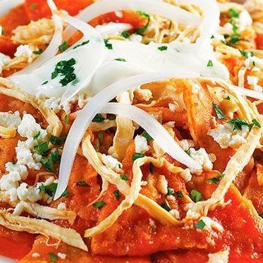 Chilaquiles rojos tradicionales. Receta fácil de la cocina mexicana para el desayuno