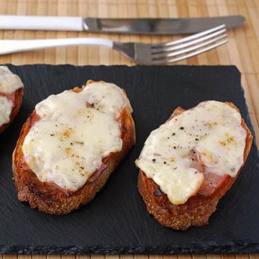 Tostas de jamón asado marinado con provolone: receta fácil para el picoteo