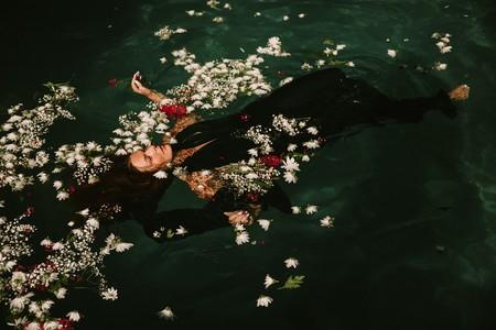 mujer flotando entre flores