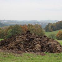 Fertilizando el campo con caca humana gracias a Dillo Dirt