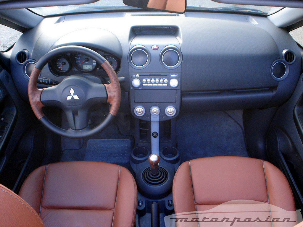 Foto de Mitsubishi Colt CZC contra Peugeot 207 CC (17/30)
