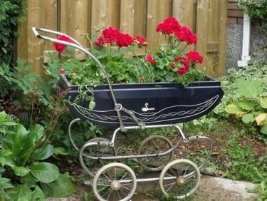 Un nuevo uso para el carrito del bebé: convertirlo en macetero