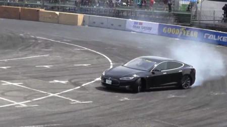 Este es el vídeo del Tesla Model S haciendo 'drifting' que querías ver hoy