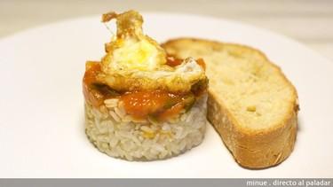Receta de mini arroz a la cubana con pisto y huevo de codorniz