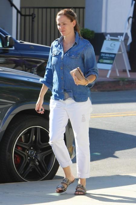 Con pantalón blanco