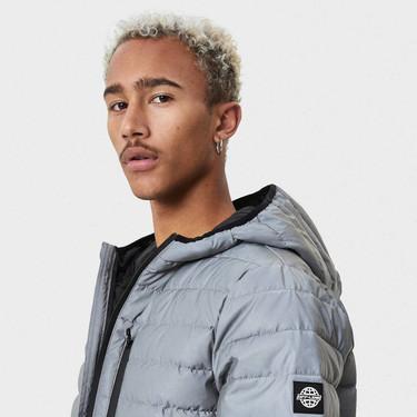 Suma un toque futurista a tu look con las chaquetas deportivas reflectantes de Bershka