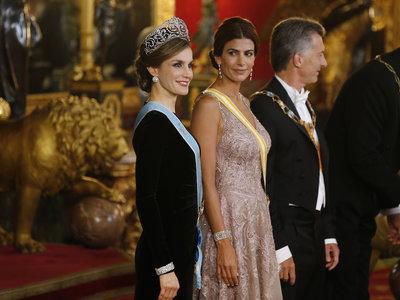La Reina Letizia luce sus mejores joyas. ¡Hasta su invitada, la estilosa Juliana Awada, se queda impresionada!