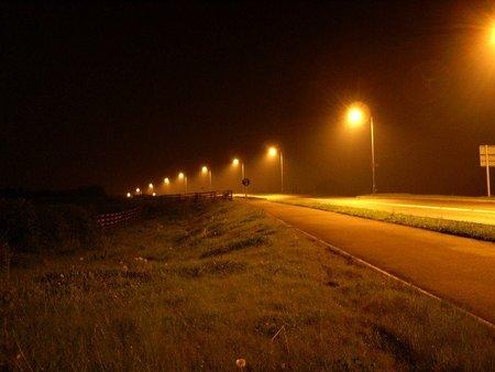 Carretera noche farolas
