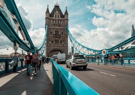 """Reino Unido prepara su """"bye bye"""" a los humos prohibiendo la venta de coches gasolina y diésel a partir de 2030"""