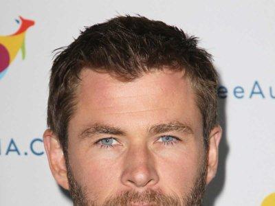 Cómo combinar un traje hasta con el color de los ojos, a cargo de Chris Hemsworth