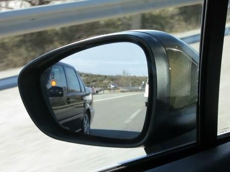Adelantando un Volvo y avisando de su presencia en el ángulo muerto
