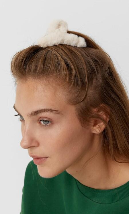 Siete preciosas pinzas del pelo de Stradivarius con las que crear los peinados de moda de este otoño