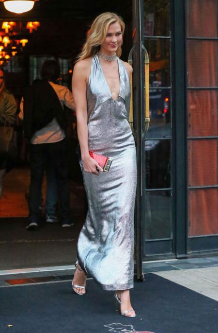 Karlie Kloss En Nueva York Con Vestido Plateado De Tom Ford