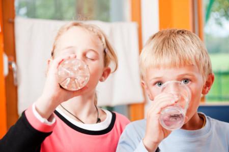 El 91% de los niños en edad escolar no bebe suficiente agua