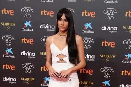 Aitana Ocaña llega a los Premios Goya 2021 vestida de Versace, de blanco y repleta de aberturas