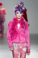 Tocados, plumas y mucho colorido en el desfile de Elisa Palomino Otoño-Invierno 2012/2013