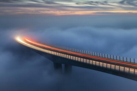 Esta espectacular estela luminosa en la niebla es la ganadora del Canon Redline Challenge (y se lleva un premio valorado en 14 mil euros)