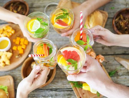 Siete bebidas sin alcohol (aptas para todos los públicos) para refrescar el picoteo del finde