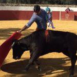 El torero Fran Rivera levanta la polémica al ponerse ante un toro con su hija de 5 meses