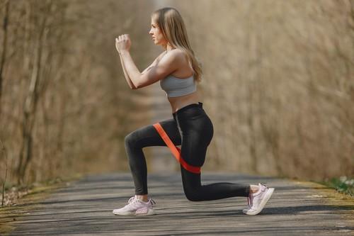 Entrenamiento de glúteos en casa con goma elástica: cinco ejercicios para poner tus glúteos a punto