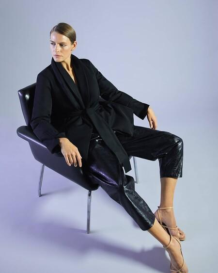 19 prendas de Adolfo Domínguez cargadas de estilo y elegancia en las que invertir estas rebajas