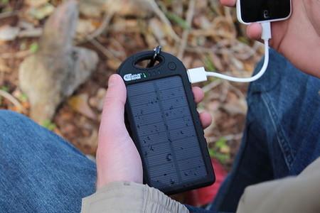 Las cuatro power banks solares con más capacidad para cargar tu móvil cuando estás de camping
