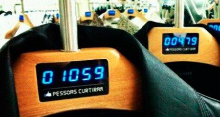 """C&A Brasil experimenta con perchas que muestran el número de """"likes"""" de cada prenda"""