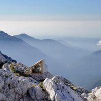 Un refugio de diseño en una montaña eslovena