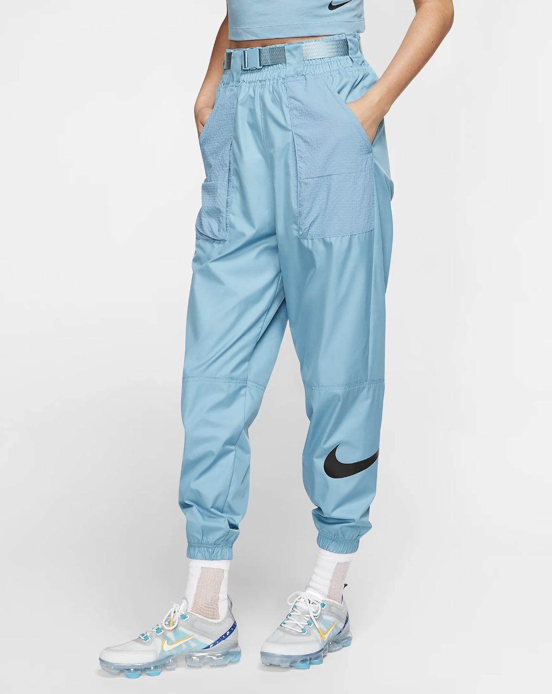 Con un llamativo estampado Swoosh y material Woven antidesgarro, el pantalón Nike Sportswear Swoosh ofrece comodidad y ligereza con un estilo moderno y urbano.