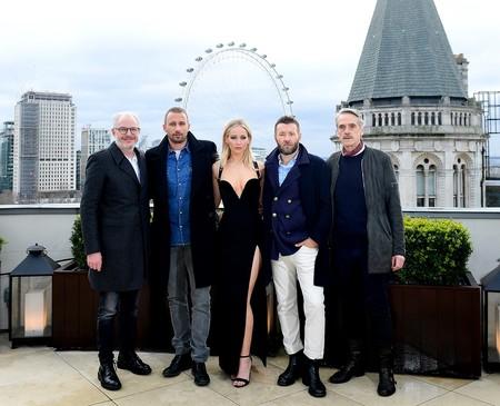 Jennifer Lawrence brilla (y se hiela al lado de 4 hombres abrigados) en Londres con un look inspirado en un Versace de los 90