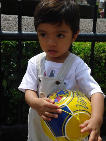 La foto de tu bebé: Angel con su balón