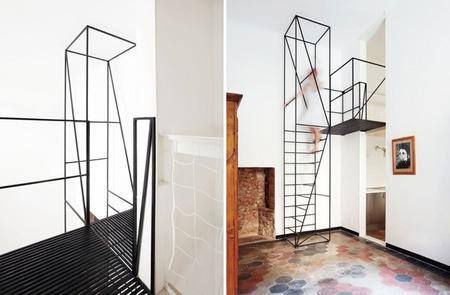 Una ligera escalera de metal en un villa italiana de 1900